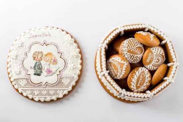 Díszes mézeskalács ajándékdoboz esküvői párral és szívecskékkel