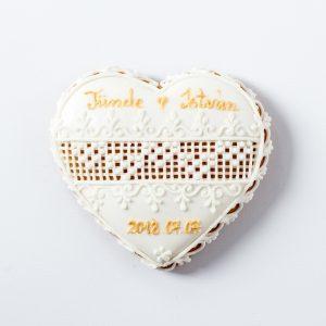 Esküvői köszönetajándék fehér terülőmázas-keresztszemes hímzéssel
