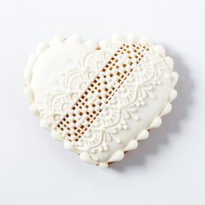 Mézeskalács esküvői köszönetajándék fehér terülőmázas-keresztszemes hímzéssel