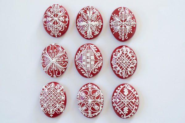 Népi mintával ellátott húsvéti piros tojások